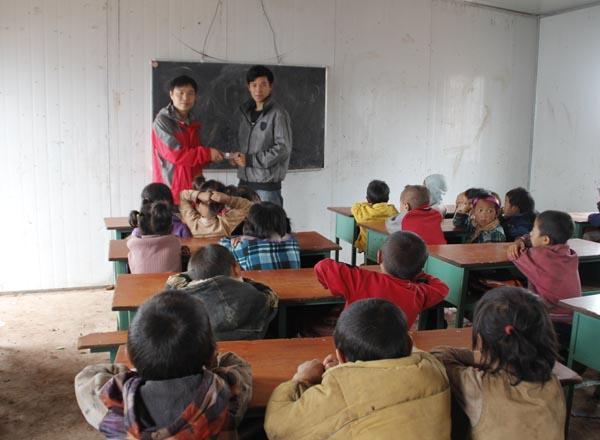 青岛福建总商会资助四川凉山地区贫困家庭失学儿童完成学业